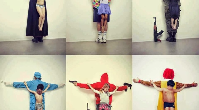 The shocking and provocative crucified kids photos by Erik Ravelo puts the finger at the catholic church and at the american army industry among others (FR/EN post)