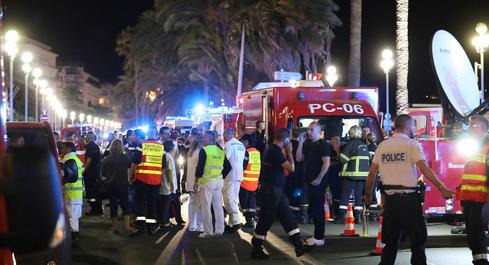 #Niceattack :Truck Massacre in Nice -France//On craint des douzaines de personnes morts après avoir vu un camion fonçant dans la foule réunie pour les festivités du 14-Juillet à Nice, en France.
