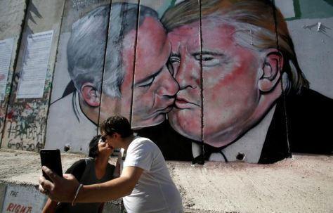 baiser netanyahu trump kiss trump bibi netanyahu west bank cisjordanie